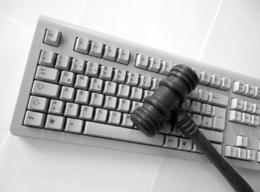 clavier et marteau de justice